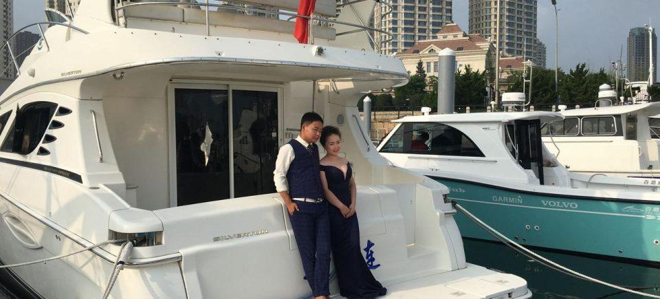 Un jeune couple a loué un bateau dans la marina de Xinghai, le temps d'une séance photos. - Crédits photo : Elodie Goulesque